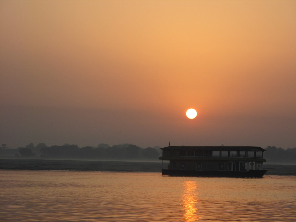 It is worth to get up before 5 during the holidays - for a sunrise on the Ganges